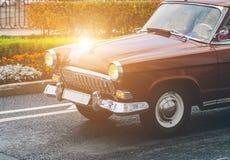 En gammal bil på gatan Royaltyfria Bilder