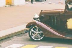 En gammal bil på gatan Royaltyfri Bild