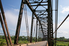 En gammal bråckbandbro som korsar det södra Canadianet River Arkivfoto