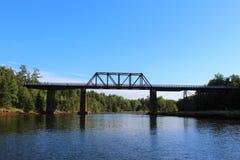 En gammal bro på den Wallace floden i Nova Scotia på en sommarafton Fotografering för Bildbyråer