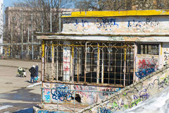 En gammal byggnad och grafitti Arkivbilder