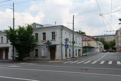 En gammal byggnad på den Bolshaya Ordynka gatan, inhyser 45/8 bostads- byggnad av århundradet XIX i Moskva Royaltyfria Bilder