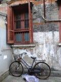 En gammal cykel på gatan av gamla Shanghai Kina Royaltyfri Foto
