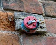 En gammal disconnected ljus strömbrytare på en gammal tegelstenvägg arkivbild