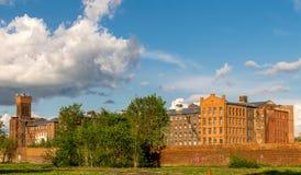 En gammal fabrik eller en textil för röd tegelsten maler royaltyfri foto