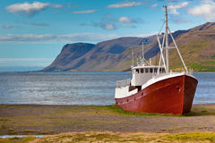Övergiven fiskeship i Island Arkivbild