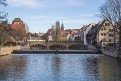 En gammal fjärdedel av staden i Tyskland som förbiser bron royaltyfria bilder