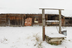 en gammal gård med en brunn Royaltyfria Bilder