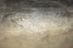 En gammal grå vit svart sjaskig betongvägg med sträng skada och skrapor Textur för grov yttersida royaltyfri bild