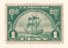 En gammal grön amerikansk portostämpel med en bild av ett seglingskepp som firar den walloon hundraårsdagen för hugenot av 19 royaltyfri bild