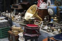 En gammal grammofon och andra antika objekt på antikvitetmarknaden Royaltyfri Bild