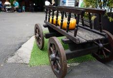 En gammal hästdragen skåpbil med orange pumpor i ett stadskafé royaltyfria foton