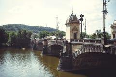 En gammal historisk bro över flodbilen Prague tjeckisk republik royaltyfri bild