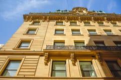 En gammal historisk byggnad med de stora fönstren Royaltyfria Bilder