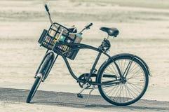 En gammal holländsk cykel med en korg som är full av material Royaltyfri Fotografi