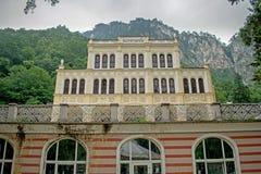 En gammal kasino nu ut ur bruk datera tillbaka till 1850, lokaliserat i ett härligt bergområde i Europa, Rumänien royaltyfri foto