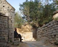 En gammal kinesisk man i bygden Arkivbilder