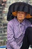 En gammal kvinna för Hakka i Kat Hing Wai av Hong Kong royaltyfri foto