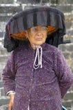 En gammal kvinna för Hakka i Kat Hing Wai av Hong Kong Royaltyfria Foton