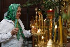 En gammal kvinna i en kyrka Royaltyfria Foton