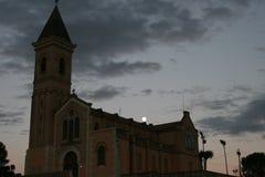 En gammal kyrka med en ny måne Arkivfoton