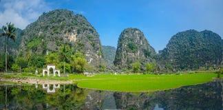 En gammal kyrkogård i ninhbinh, Vietnam royaltyfria bilder