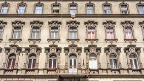 En gammal lägenhet som buidling i den Budapest Ungern Arkivfoto