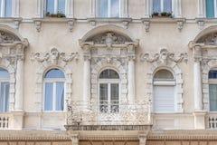 En gammal lägenhet som buidling i den Budapest Ungern Arkivbilder