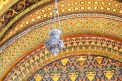 En gammal lampa på en suddig prydnadbakgrund Royaltyfria Foton