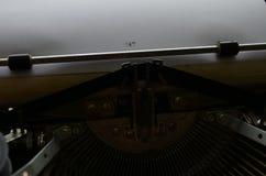 En gammal manuell skrivmaskin med dess funktionsdugliga keyes med nummer och bokst?ver royaltyfria bilder