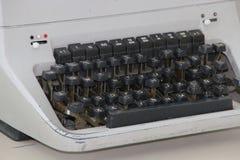 En gammal maskinskrivningmaskin royaltyfria bilder