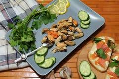 En gammal maträtt med musslor som skivar gurkor Royaltyfria Foton