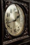 En gammal moraklocka på ett utsmyckat rum arkivfoton