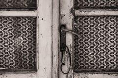 En gammal och förstörd dörr Royaltyfria Foton