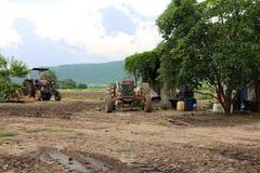 En gammal och smutsig traktor som överges royaltyfri bild