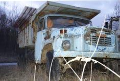 En gammal och stor lastbil eller bil, med mycket rost arkivfoto