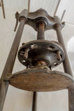 En gammal olivgrön press från en mala i nordliga Korsika Royaltyfri Foto