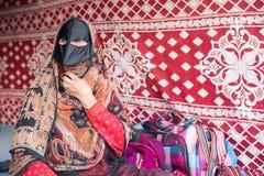 En gammal omansk kvinna på en marknad fotografering för bildbyråer