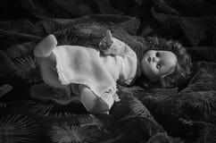 En gammal onyttig docka Royaltyfri Fotografi