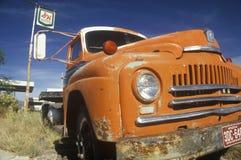 En gammal orange lastbilvägren av av Route 66 Arizona Royaltyfri Foto