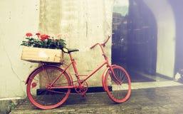 En gammal röd cykel Fotografering för Bildbyråer