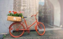 En gammal röd cykel Arkivfoton