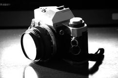 En gammal refleexkamera från seventiesna Arkivfoto
