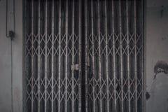 En gammal rostig glidande metalldörr Royaltyfria Foton