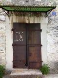 En gammal rostig järndörr i ett gammalt hus royaltyfri fotografi