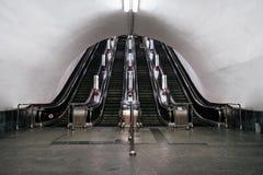 En gammal rulltrappa i den Kyiv gångtunnelen arkivfoton