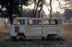 En gammal skåpbil i den Gorongosa nationalparken Royaltyfria Bilder