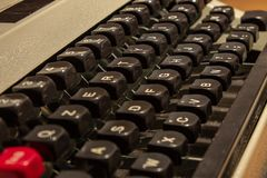 En gammal skrivmaskin, med dess tangenter och armar med bokstäverna av alfabetet som över dras arkivbild