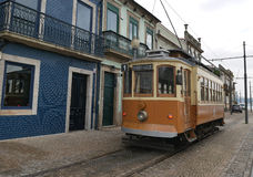 En gammal spårvagn i Porto Royaltyfria Foton