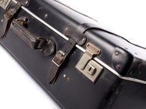 En gammal svart tappningläderresväska med remmar och lås Arkivbild